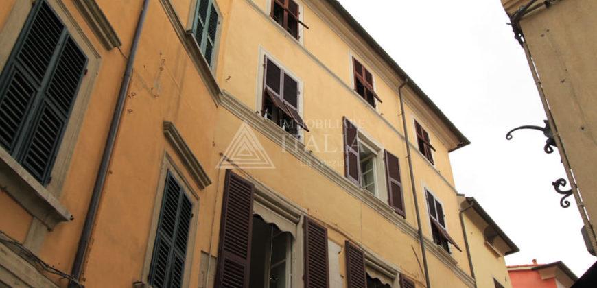 Area pedonale – Ampio 4 vani in palazzo storico